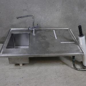 Brugt rustfri bordplade med vask, og bla. batteri. 90x60cm med vinkler på undersiden til væg montage.