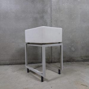 Brugt Armitage porcelæns udslagsvask i hvid. Der medfølger løst metal understel. Mål 61x45x25cm.