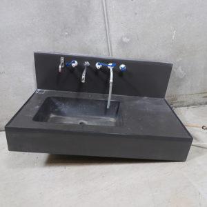 Brugt sort pom bordplade med vask. 115x62cm vasken er ca 16cm dyb. Bagplade incl. Vask er ca. 62cm høj. Med diverse haner påmonteret bagplade.