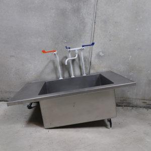 Brugt rustfri bordplade med vask og haner. 110x67x35cm vask indvendige mål: 70x52x34cm.